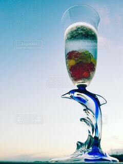 夕方の淡い青空とイルカのグラスの写真・画像素材[4925609]