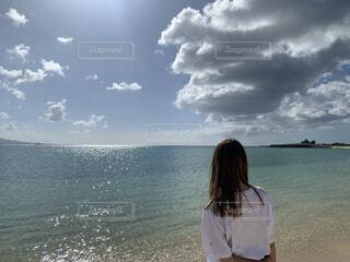 女性,自然,風景,海,空,屋外,ビーチ,雲,水面,少女,人物,人,スローライフ,輝き,綺麗な海,キラキラ光る,何を思う