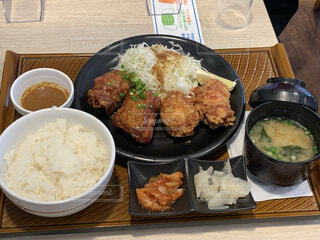 食べ物,ランチ,ディナー,フード,テーブル,皿,揚げ物,レストラン,ご飯,肉,料理,日本食,おいしい,定食,がっつり,ファミレス,白米,しあわせ,男飯,肉食,揚げ,好物