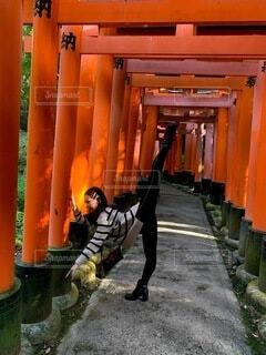 風景,屋外,京都,神社,散歩,鳥居,オレンジ,観光,バレリーナ,人物,人,旅行,門,伏見稲荷大社,伏見稲荷,歴史,建築,観光名所,日本文化,バレエダンサー