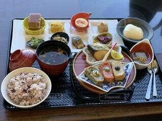 食べ物,食事,ランチ,京都,フード,テーブル,皿,食器,たくさん,箸,料理,和食,日本食,京都駅,おいしい,定食,和風,豪華,京料理,トレイ