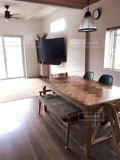 インテリア,リビング,屋内,部屋,窓,家,椅子,テーブル,床,壁,ソファ,デザイン,ブラウン,ホーム,キャビネット,カリフォルニアスタイル,インテリア デザイン,コーヒー テーブル