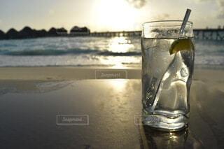 風景,お酒,海外,ビーチ,きれい,水面,カクテル,夕陽,リゾート,ドリンク,アルコール,水上コテージ,ジントニック,ロックグラス,クリアブルー