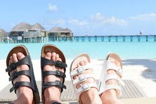 海,空,靴,屋外,ペア,ビーチ,きれい,綺麗,サンダル,足,旅行,旅,ペアルック,ビーチサンダル,リゾート,ハネムーン,お揃い,おそろ,水上コテージ,ブルーオーシャン,つま先,クリアブルー,蒼海