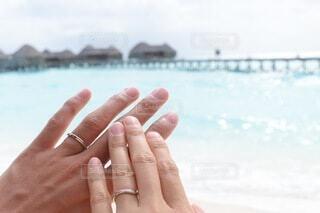海,カップル,海外,砂,ビーチ,島,砂浜,水面,指輪,結婚指輪,人物,人,夫婦,桟橋,リゾート,爪,ハネムーン,水上コテージ,コテージ,新婚夫婦