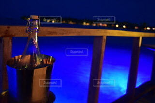 夜,ディナー,お酒,ビーチ,水面,ライトアップ,ワイン,ボトル,リゾート,明るい,ドリンク,シャンパン,アルコール