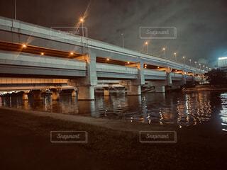 水の体に架かる橋の写真・画像素材[4920008]