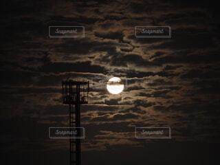 雲と満月の写真・画像素材[4920986]