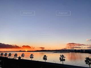 海の向こうに夕日が沈む瞬間の写真・画像素材[4940734]