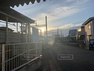 空,建物,屋外,駅,雲,光,朝,陽射し