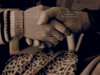 屋内,人物,人,孫,手書き,セピア,握手,ひいおばあちゃん,曾祖母,17歳と105歳
