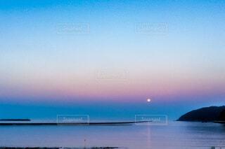 ビーナスベルトに浮かぶ満月の写真・画像素材[4919545]