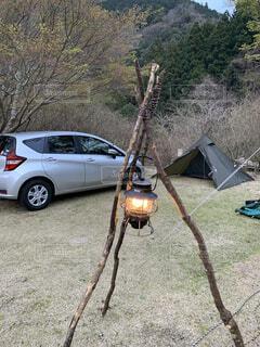 屋外,車,ランタン,草,樹木,キャンプ,テント,車両,ホイール,おしゃれ,ブッシュクラフト,一人キャンプ,陸上車両