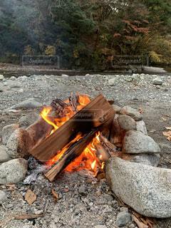 自然,秋,屋外,森,川,林,岩,キャンプ,暖炉,火,地面,たき火,焚き火,キャンプファイヤー,川沿い,炭,灰