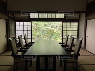 リビング,屋内,庭,京都,花瓶,部屋,窓,家,椅子,テーブル,床,壁,和室,畳,天井,居間,日本庭園,デスク,和,お寺,和風,茶道,客室,平家,コーヒー テーブル