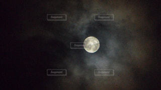 曇りの中顔を出す満月の写真・画像素材[4946382]