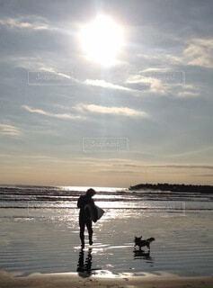 自然,海,空,屋外,太陽,ビーチ,雲,夕暮れ,水面,海岸,人物,人