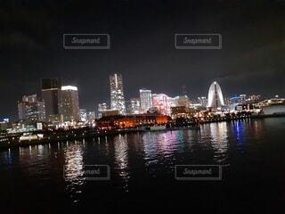 空,建物,夜,屋外,ボート,川,水面,都市,タワー,都会,高層ビル,明るい,スカイライン