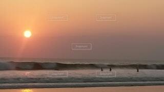 ビーチに沈む夕日の写真・画像素材[4640988]