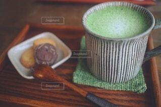 抹茶ラテとクッキーと木製スプーンの写真・画像素材[4922446]