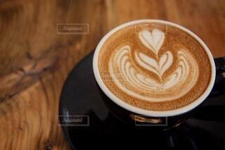 食べ物,カフェ,コーヒー,アート,テーブル,茶碗,マグカップ,食器,カップ,カプチーノ,エスプレッソ,ラテアート,カフェオレ,ドリンク,ラテ,フラットホワイト,ミルクティー,コーヒー牛乳,カフェイン,ホットチョコレート,飲料,モカ,ホワイトコーヒー,インスタントコーヒー,マキアート,ペストリー,食器類,コーヒー カップ,受け皿,刺激,コーヒー飲料,カフェインドリンク
