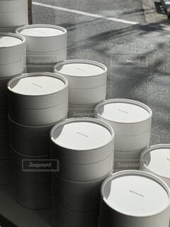 コーヒー,モノクロ,窓,都市,白黒,日差し,カップ,紙コップ,ドリンク,シリンダー,廃棄物容器