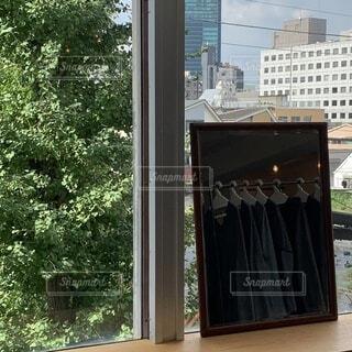 建物,屋外,窓,鏡,樹木,服