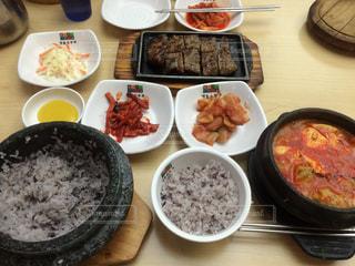 テーブルの上に食べ物の種類で満たされたボウルの写真・画像素材[911245]