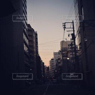 空,建物,屋外,雲,都会,通り,街路灯