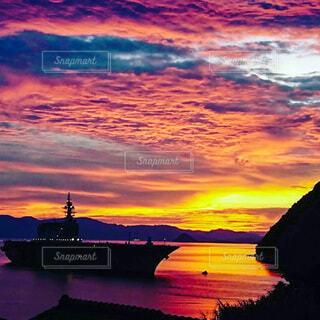 風景,海,空,夕日,屋外,太陽,雲,夕焼け,夕暮れ,船,水面,オレンジ,夕陽,日の出,軍艦