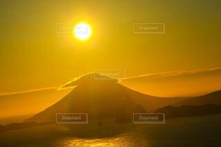 自然,風景,海,空,夕日,屋外,太陽,雲,夕焼け,夕暮れ,水面,山,オレンジ,夕陽,開聞岳,薩摩富士