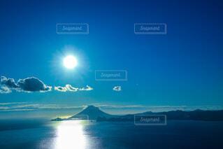 自然,風景,海,空,屋外,太陽,雲,青空,青,水面,山,日差し,眩しい,開聞岳,日中,薩摩富士