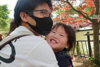風景,公園,屋外,親子,もみじ,子供,樹木,人物,人,笑顔,赤ちゃん,幼児,父親,男の子,2歳,お出かけ,人間の顔