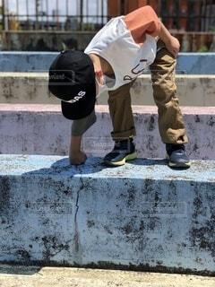 風景,屋外,ジーンズ,人,コンクリート,歩道,地面,遊び,男の子,思い出,通り,履物,セメント,ズボン