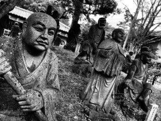 男性,屋外,モノクロ,樹木,像,仏像,彫刻,黒と白