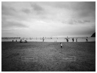 海,空,屋外,ビーチ,雲,砂浜,モノクロ,水面,Instagram,立つ,フォトジェニック,インスタ映え,黒と白