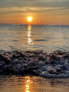 自然,海,空,屋外,ビーチ,夕暮れ,波,水面,ポートレート,波がポニョみたい,そんなわけない,好きな人に振られた日に撮った最悪で最高な写真