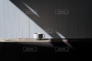 カフェ,コーヒー,屋内,綺麗,暗い,テーブル,マグカップ,食器,ティータイム,コーヒー カップ