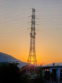 自然,空,夕日,太陽,夕焼け,山,鉄塔,オレンジ,光,送電線,トンネル
