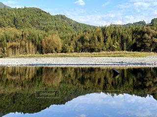 水面に映る山の風景の写真・画像素材[4938877]
