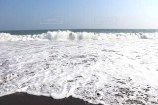 ビールの泡の様な波の写真・画像素材[4956540]