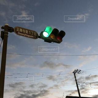 風景,空,屋外,雲,青空,夕暮れ,夕方,電線,電気,信号機,明るい,交通,人工物,街路灯,青の信号機