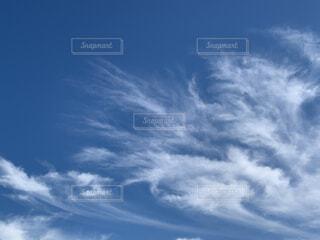 1つの雲がきり雲に変身の写真・画像素材[4956088]