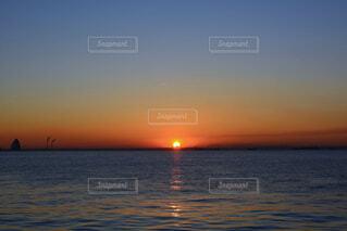 浮島から見た東京湾の朝日の写真・画像素材[4943596]