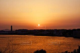 水の体に沈む夕日の写真・画像素材[4952380]