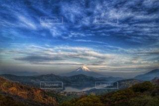 曇り空の富士山と芦ノ湖の写真・画像素材[4954344]
