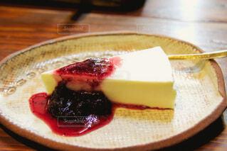 レアチーズケーキ ブルベリージャムを添えての写真・画像素材[4955816]