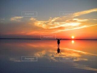 トルコの塩湖で見る夕日の写真・画像素材[4942212]