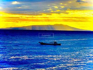 光射す海に揺られる船の写真・画像素材[4944848]