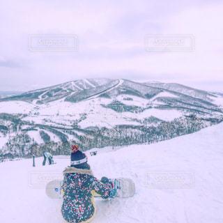 雪をスノーボードに乗る男覆われた斜面の写真・画像素材[892275]
